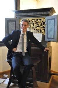 Johannes Lang vor Orgel_klein